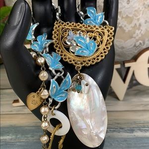 ⭐️Adorned Crown blue leaf pearl shell necklace